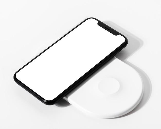 Smartphone-bildschirmmodell mit kabellosem ladegerät psd