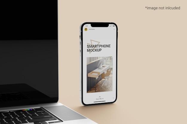 Smartphone-bildschirmmodell neben einem laptop