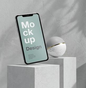 Smartphone-mock-up-präsentation mit stein- und metallelementen