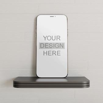 Smartphone-modell, das auf dem wandschreibtisch steht