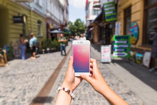 Smartphone-modell in der verkehrsreichen straße