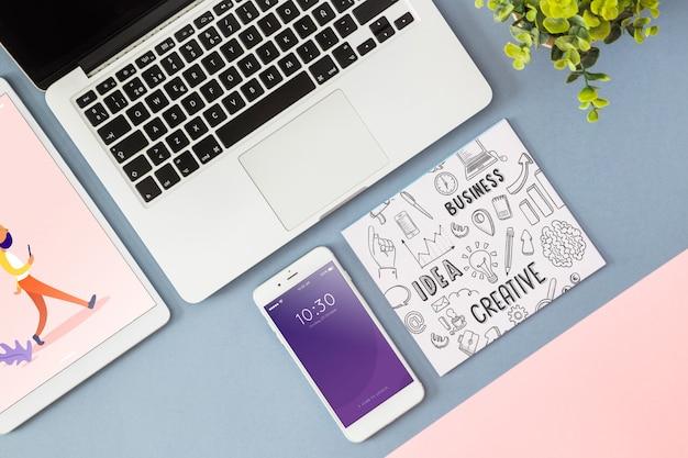 Smartphone-modell mit büroelementen
