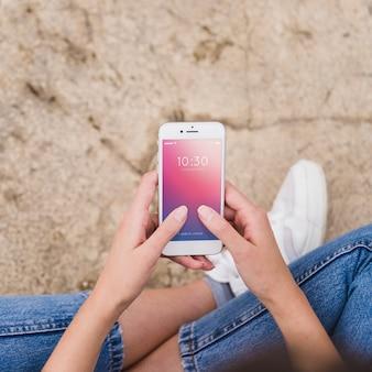 Smartphone-modell mit der person, die es verwendet