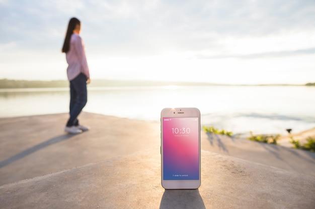 Smartphone-modell mit frau am strand