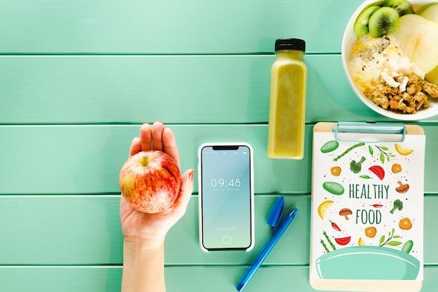Smartphone-modell mit gesundem essen