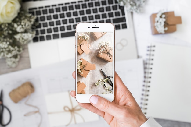 Smartphone-modell mit hochzeitskonzept