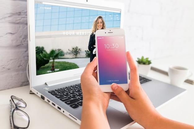 Smartphone-modell mit laptop- und arbeitsplatzkonzept