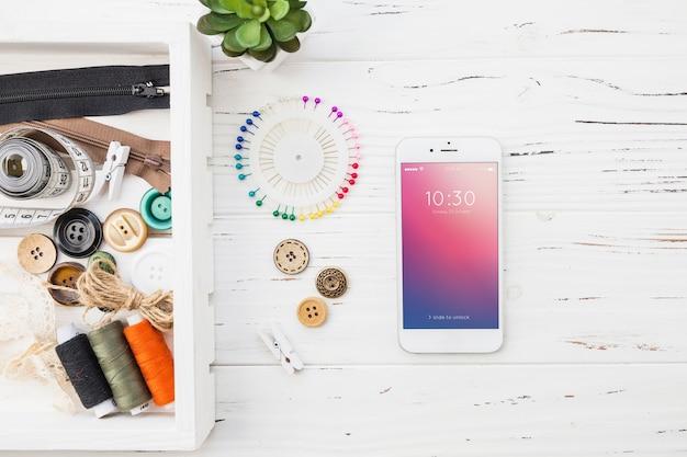 Smartphone-modell mit nähendem konzept