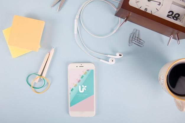 Smartphone-modell mit post-it-notizen und elementen