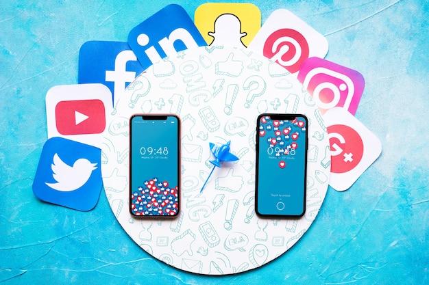 Smartphone-modell mit social media-konzept