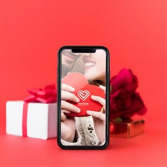 Smartphone-modell mit valentinsgrußkonzept