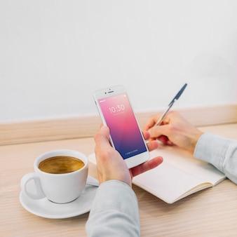 Smartphone-modell und kaffee