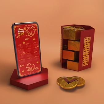 Smartphone neben dekorationen des neuen jahres