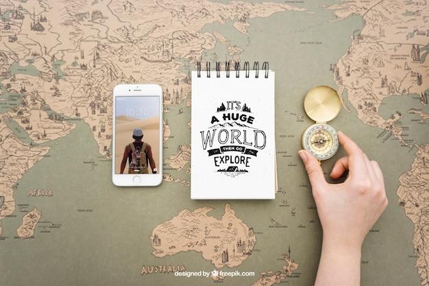 Smartphone, notizblock und kompass