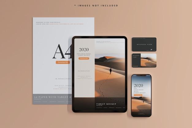 Smartphone und tablet mit visitenkarten mockups