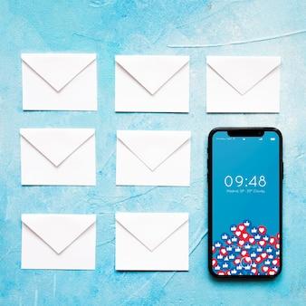 Smartphone- und tablettenmodell mit e-mail-konzept