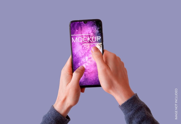 Smartphone zwei hände auf lila hintergrundmodell
