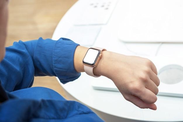 Smartwatch auf frauenhandgelenk mit modell des leeren bildschirms