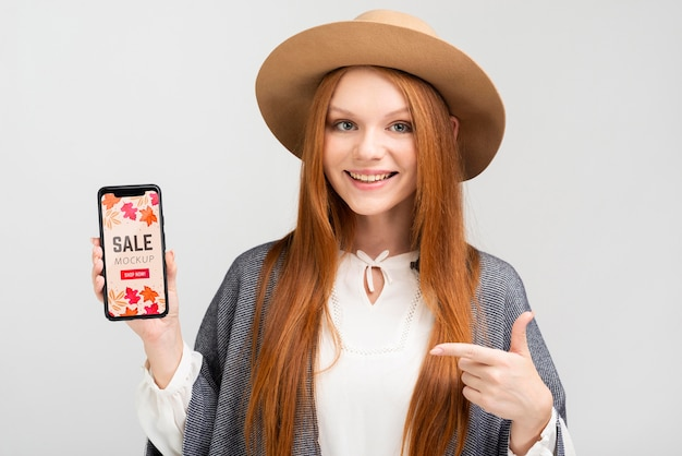 Smiley-frau, die telefonmodell hält