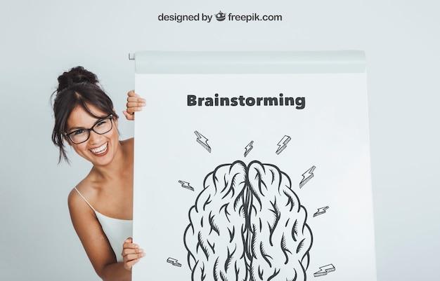 Smiley frau versteckt sich hinter dem whiteboard mit mock-up-design