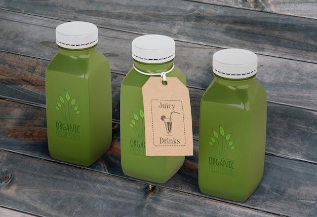Smoothies in glasflaschen mit grünem saft