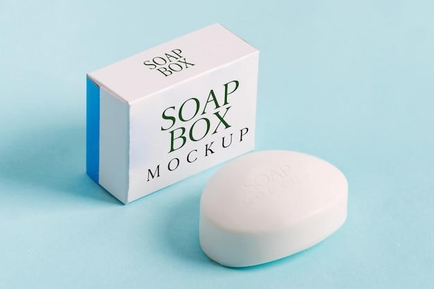 Soap wrap box mock-up-paket und stück seife isoliert auf blauem hintergrund
