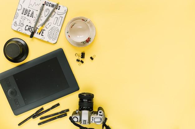 Social media- und internet-modell mit kamera und copyspace