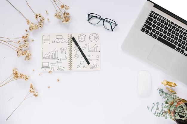 Social media- und internet-modell mit laptoptastatur
