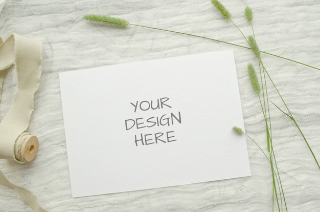 Sommer briefpapier modell ard für grußkarte oder hochzeitseinladung mit kräutern, vintage spule von baumwollgeflecht, auf einem hellen raum.