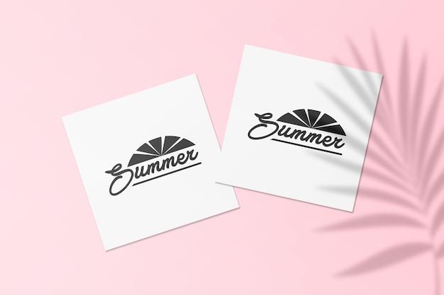Sommer-instagram-postkartenmodell mit palmblättern-schatten