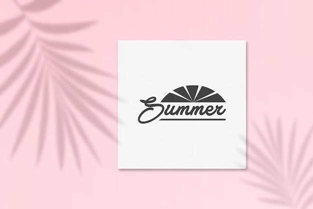 Sommer-instagram-postkartenmodell mit palmenschatten an einer wand