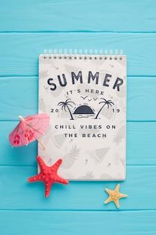 Sommer-notizblock mit draufsicht und cocktailschirm