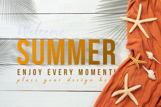 Sommerhintergrund mit strandobjekten auf weißem holztisch