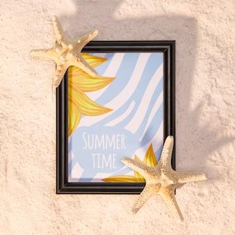 Sommermodell mit marineelementen