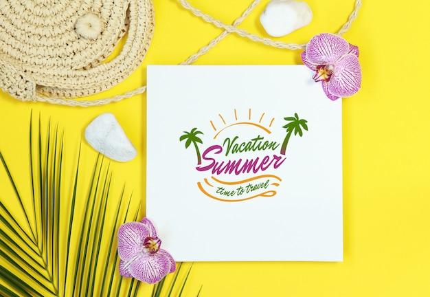 Sommermodellrahmen mit strohtasche auf gelbem hintergrund