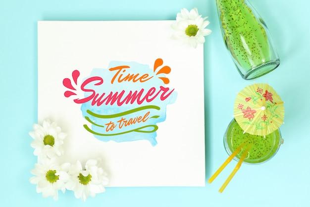 Sommermodellschablone mit cocktail auf blauem hintergrund