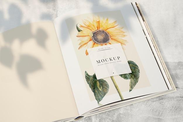 Sonnenblume auf einem zeitschriftenmodell mit einer leerstelle