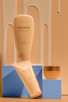 Sortiment an mock-up-kosmetik mit schmelzenden elementen