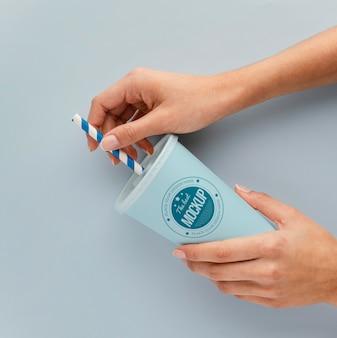 Sortiment an nagelpflegeprodukten mit modell