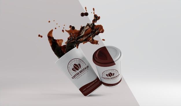 Sortiment aus papierkaffeetasse mit kaffeespritzer