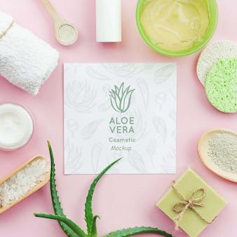 Spa-modell umgeben von aloe-vera-produkten