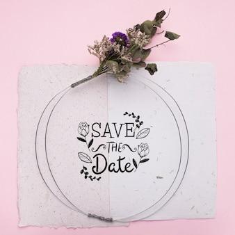 Speichern sie das datumsmodell auf papier mit getrockneten blumen