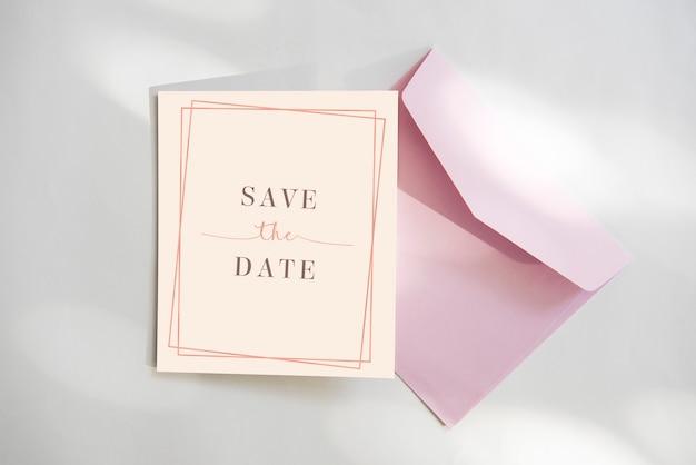 Speichern sie die datumskarte mit rosa umschlag