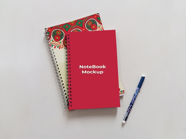 Spiral portrait red notebook mockup mit stift