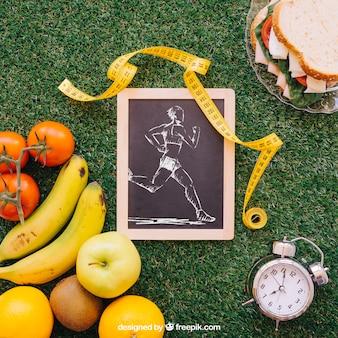 Sport-modell mit schiefer auf gras