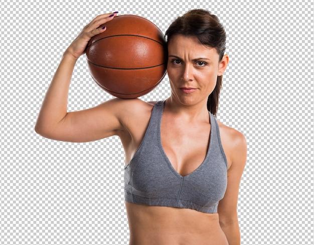 Sportfrau, die basketball spielt