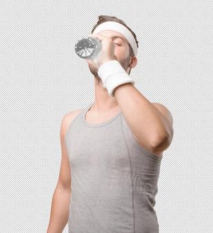 Sportlicher mann mit flasche wasser