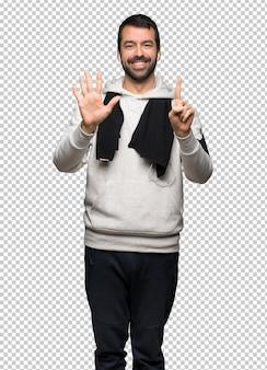 Sportmann, der sechs mit den fingern zählt