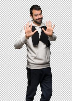 Sportmann, der zehn mit den fingern zählt