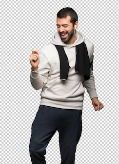Sportmann genießen, zu tanzen, während sie musik an einer party hören